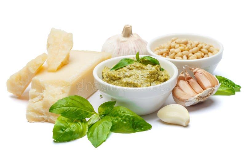 Ingredientes para el pesto italiano tradicional de la salsa aislado en el fondo blanco foto de archivo