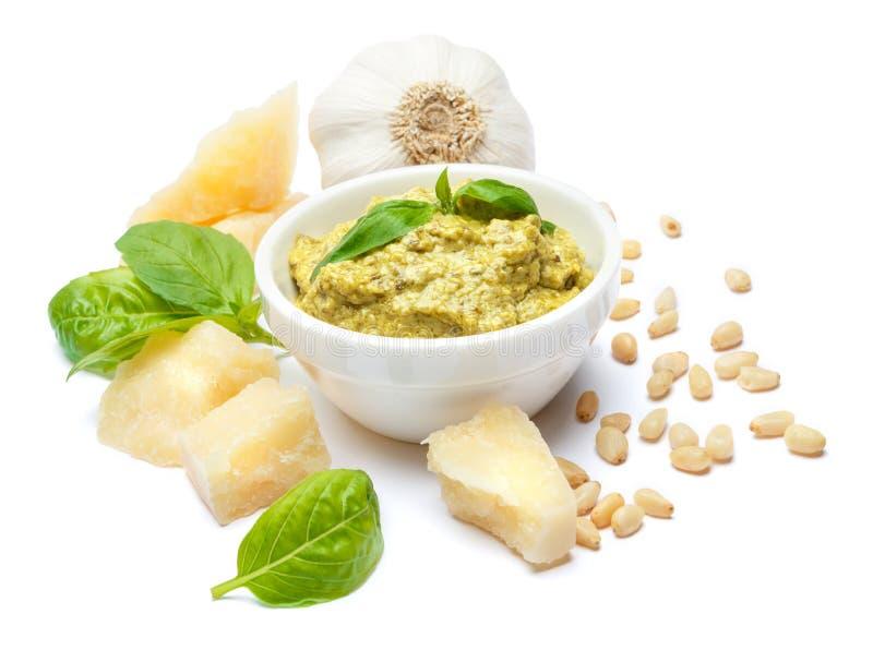 Ingredientes para el pesto italiano tradicional de la salsa aislado en el fondo blanco foto de archivo libre de regalías