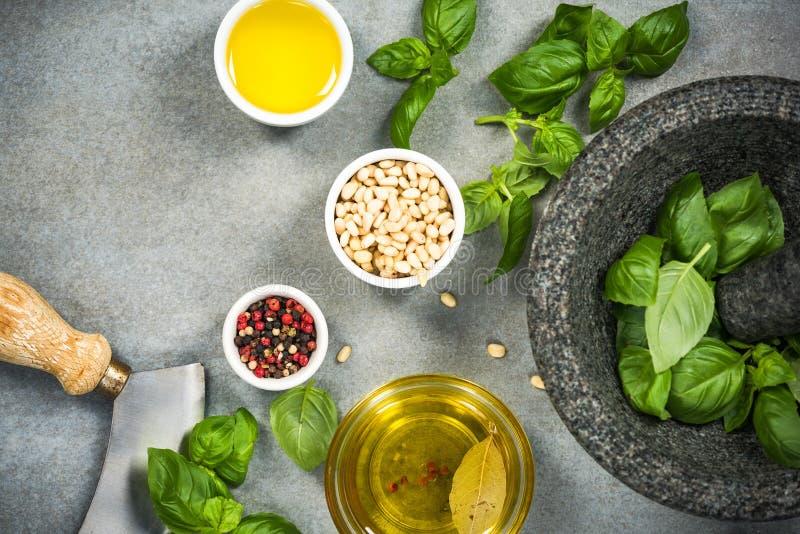ingredientes para el pesto sano hecho en casa de la albahaca foto de archivo libre de regalías