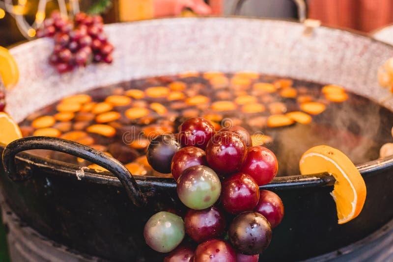 Ingredientes para el sacador y el vino reflexionado sobre en una caldera en un mercado de la Navidad imagen de archivo libre de regalías