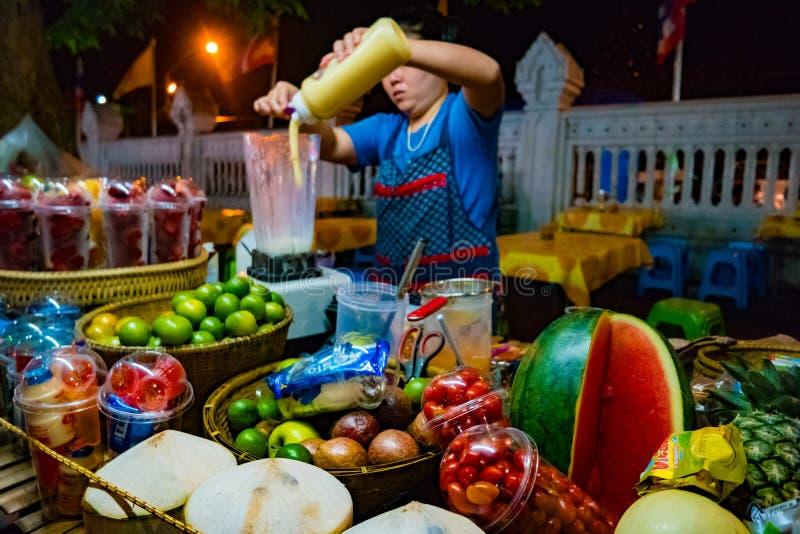Ingredientes para el smoothie en la tabla del ` s del vendedor ambulante en la noche imágenes de archivo libres de regalías
