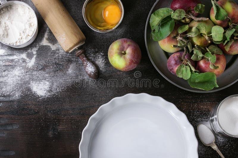 Ingredientes para fazer o bolo de maçã fotos de stock royalty free