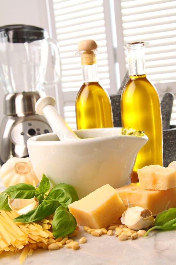 Ingredientes para fazer o pesto italiano imagens de stock