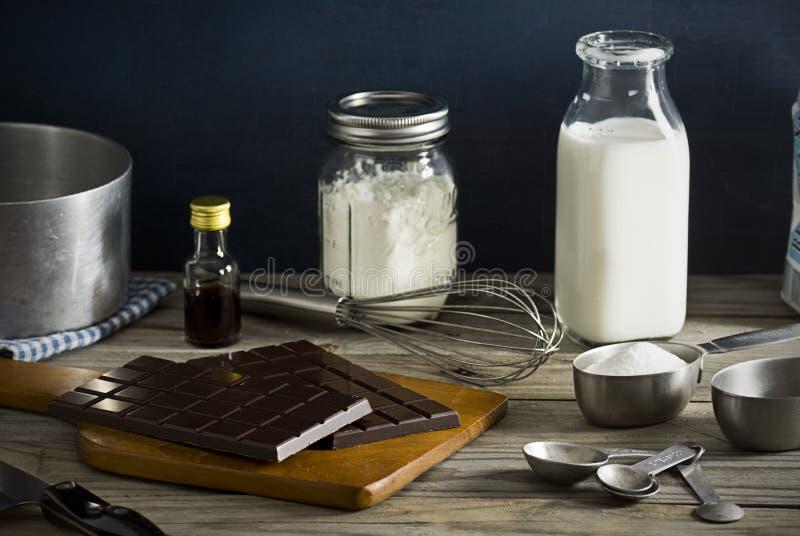 Ingredientes para fazer o pudim de chocolate fotografia de stock