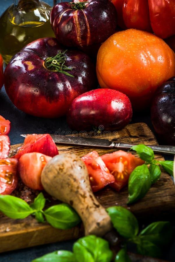 Ingredientes para hacer la ensalada sana fresca de los tomates imágenes de archivo libres de regalías