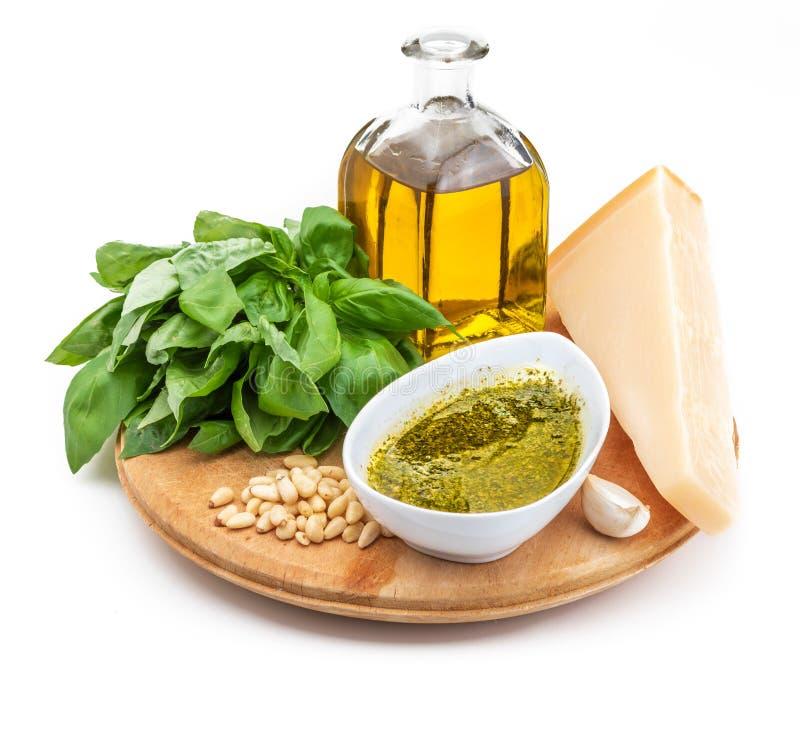 Ingredientes para hacer la salsa deliciosa del Pesto foto de archivo
