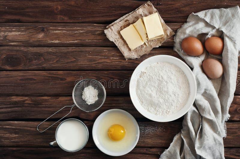 Ingredientes para hacer las crepes o la torta fotos de archivo libres de regalías
