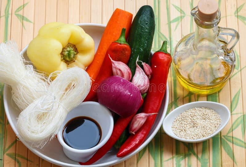 Ingredientes para hacer los tallarines de cristal picantes con las verduras - zanahorias, pepino, pimientas, ajo Cocina asiática  foto de archivo libre de regalías