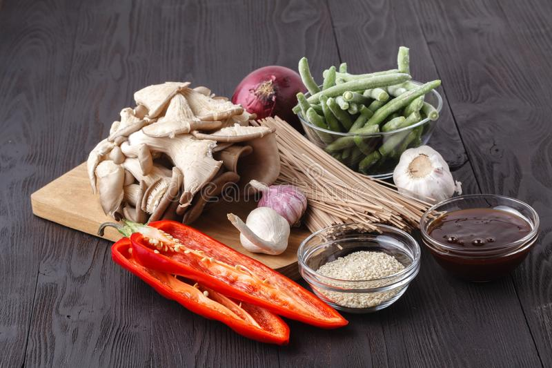 Ingredientes para la carne de vaca y los tallarines con la salsa de la ostra foto de archivo libre de regalías