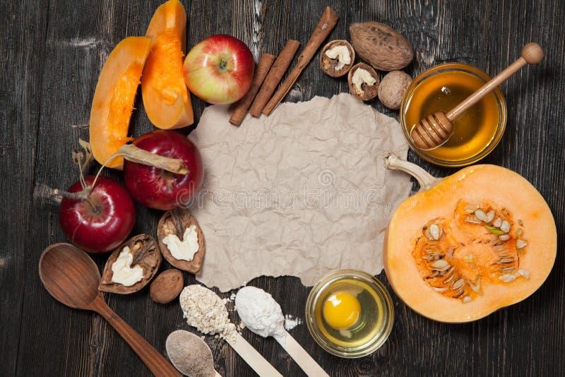 Ingredientes para la empanada de la calabaza y de manzana fotos de archivo