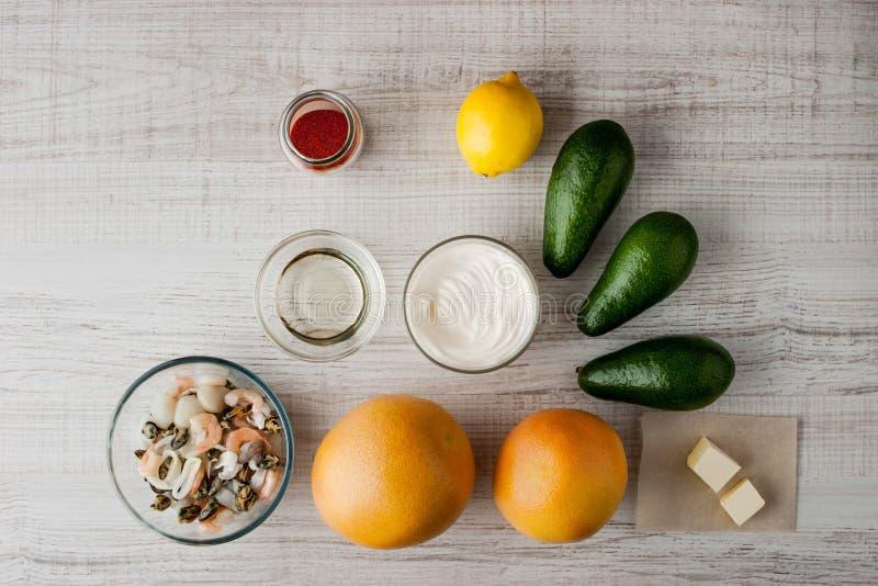 Ingredientes para la ensalada con el aguacate y los mariscos fotografía de archivo