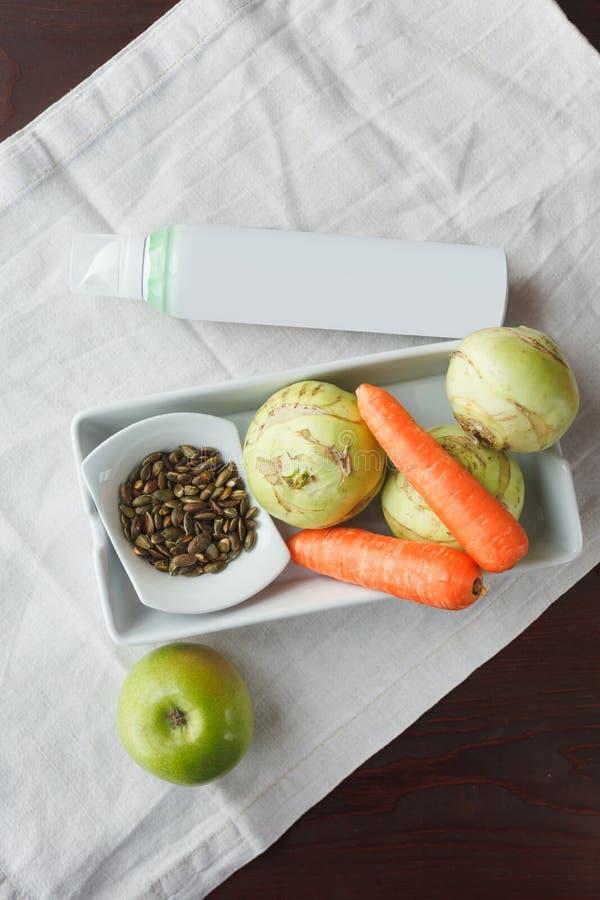 Ingredientes para la ensalada vegetariana imagen de archivo libre de regalías