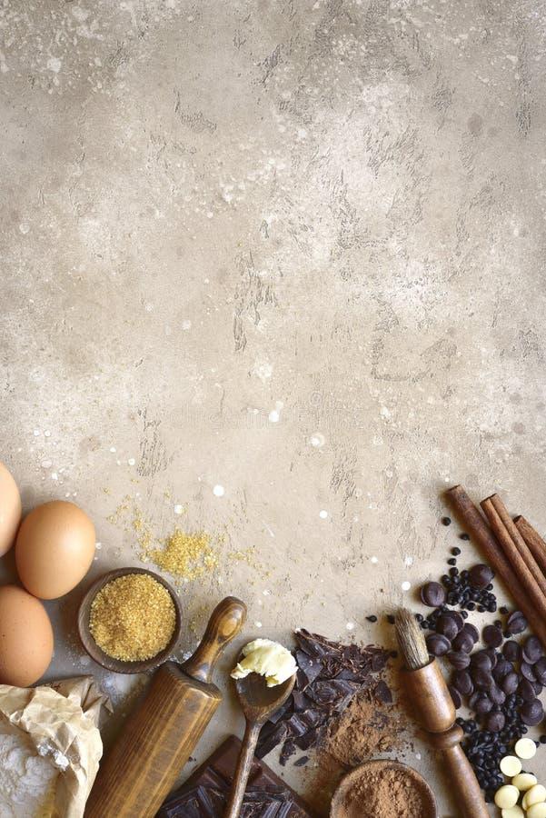 Ingredientes para la hornada festiva: flour, azúcar marrón, huevos, choco fotografía de archivo