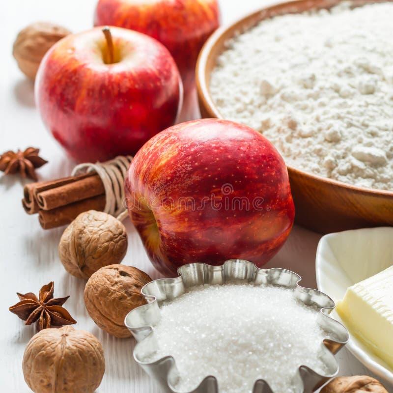 Ingredientes para la hornada Selección para la empanada o los molletes del otoño con las manzanas y el canela, foco selectivo fotos de archivo