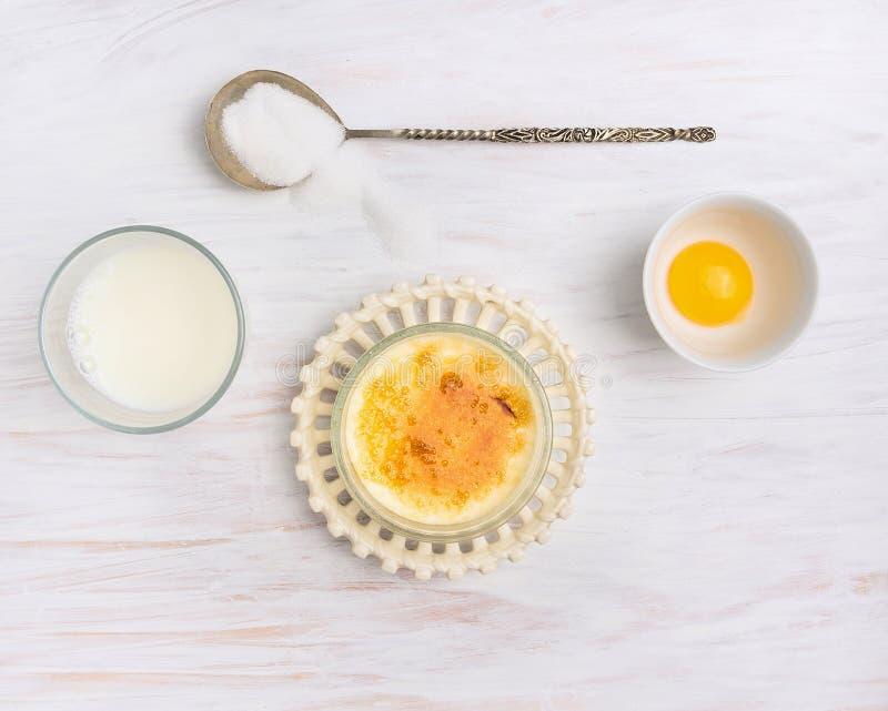 Ingredientes para la nata quemada: leche, crema, yema de huevo, azúcar foto de archivo libre de regalías