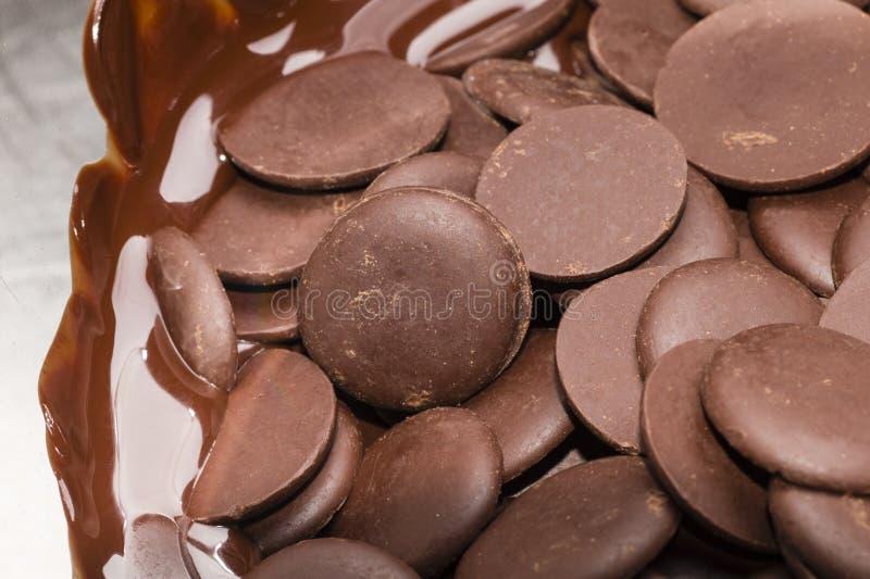 Ingredientes para la preparación de la barra de chocolate artesanal foto de archivo libre de regalías