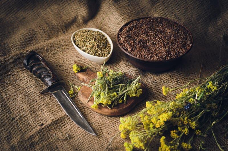 Ingredientes para la preparación de las mezclas de hierbas y de semillas medicinales Foco selectivo Fondo rústico suave fotografía de archivo libre de regalías