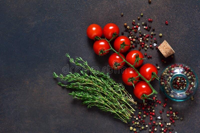 Ingredientes para la preparación de la salsa de tomate, tomates, especia foto de archivo libre de regalías