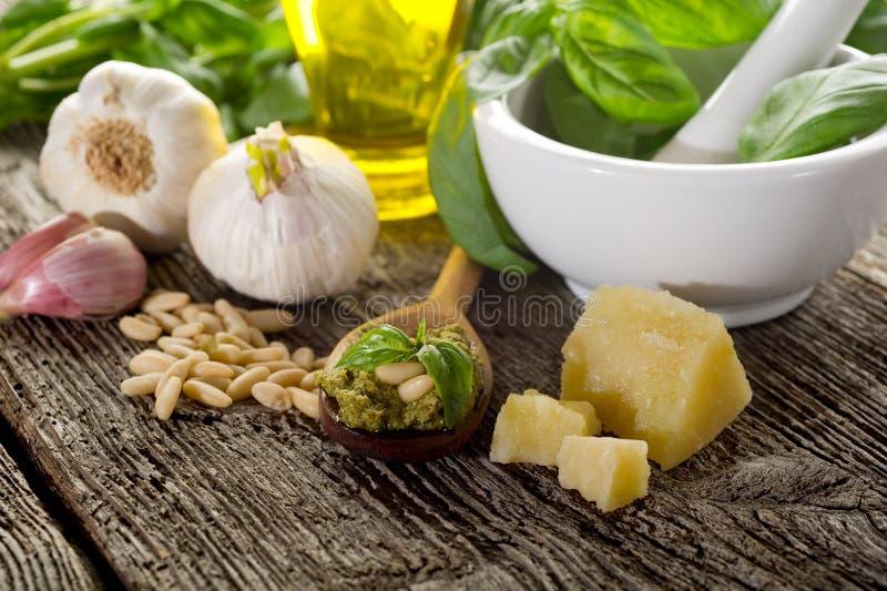 Ingredientes para la salsa del pesto fotografía de archivo