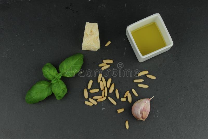 Ingredientes para la salsa del pesto imagen de archivo