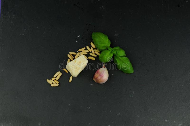 Ingredientes para la salsa del pesto fotos de archivo