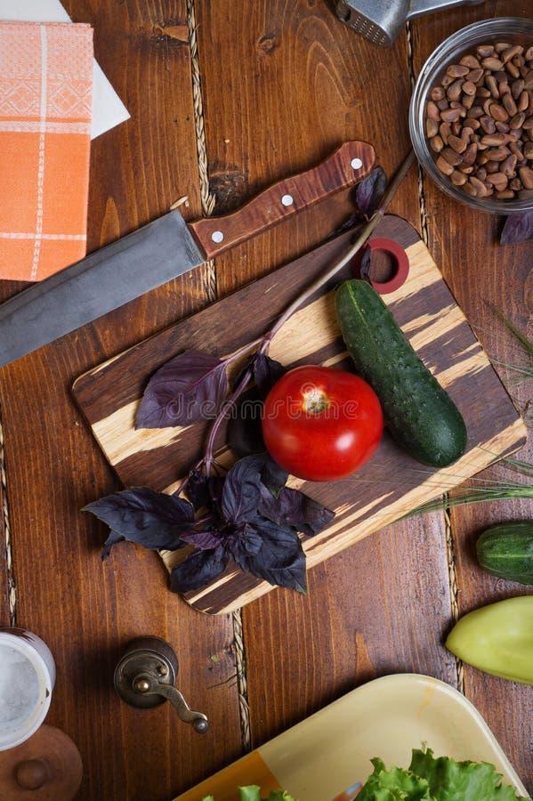 Ingredientes para la salsa del pesto con las verduras frescas que ponen una tabla de madera foto de archivo libre de regalías