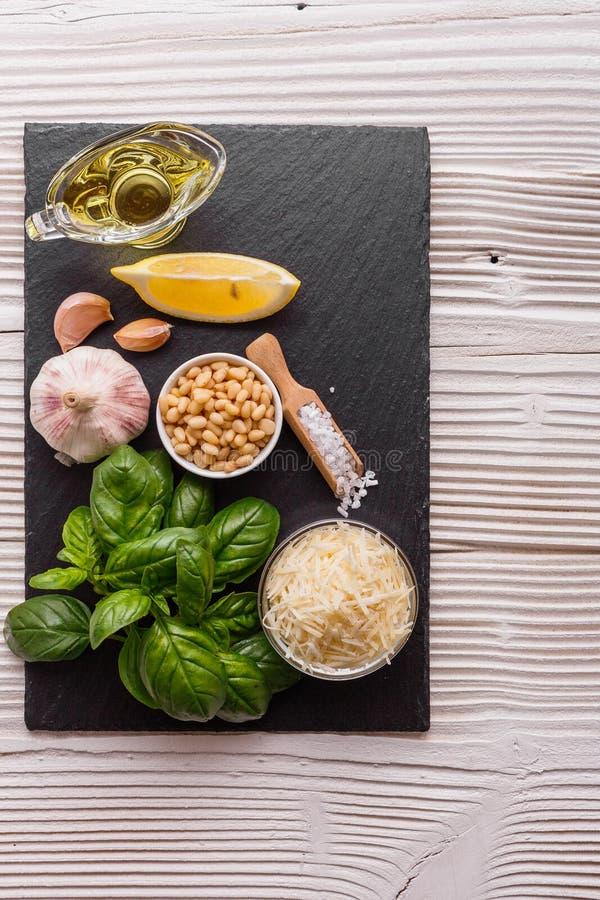 Ingredientes para la salsa del pesto en el tablero de la cocina imagen de archivo libre de regalías