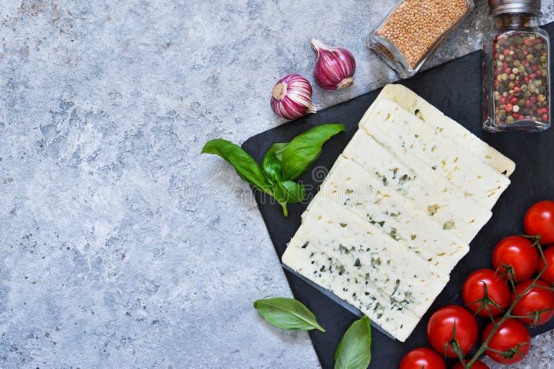 Ingredientes para la salsa Fondo italiano de la comida: queso, tomates, albahaca, especias imágenes de archivo libres de regalías