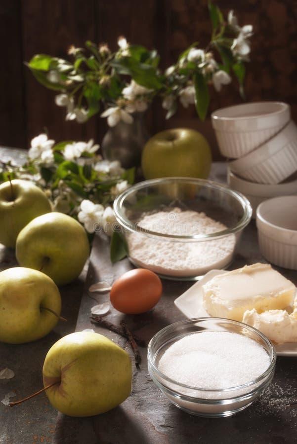Ingredientes para la vista lateral del tatena del tarte de Apple fotografía de archivo