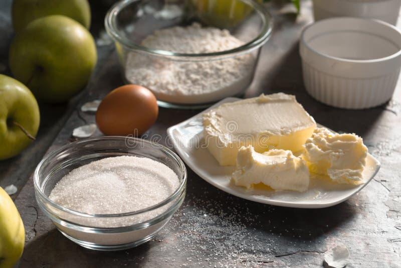 Ingredientes para la vista lateral del tatena del tarte de la empanada de Apple foto de archivo libre de regalías