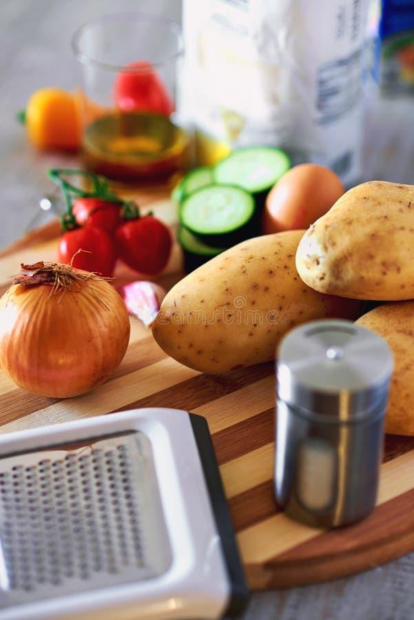 Ingredientes para las crepes de patata imagenes de archivo