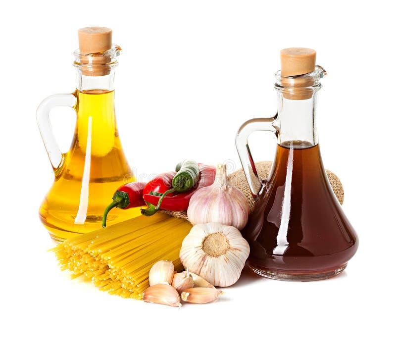 Ingredientes para las pastas. Espaguetis, chile, aceite, ajo imagen de archivo libre de regalías