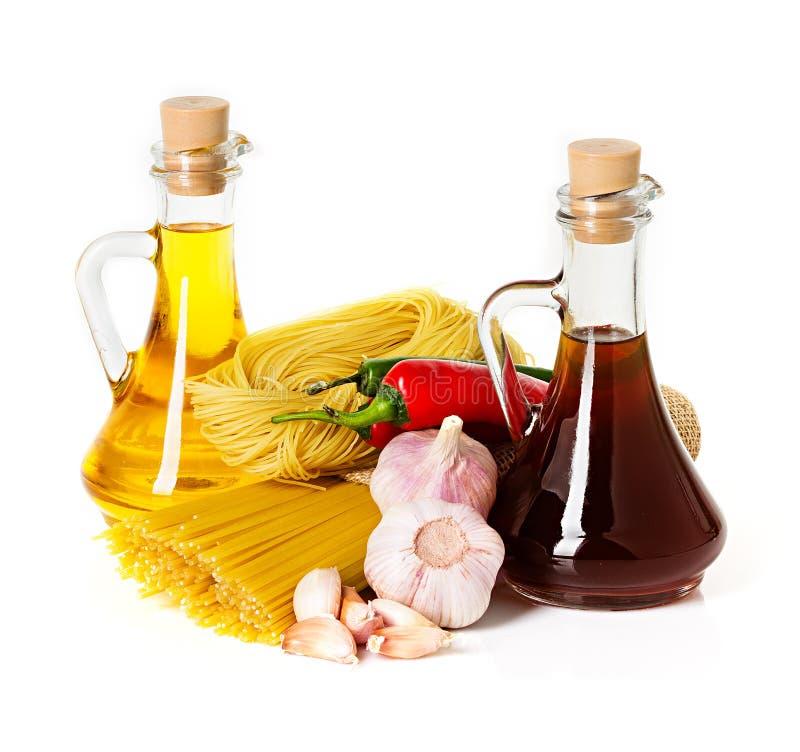 Ingredientes para las pastas. Espaguetis, chile, aceite, ajo foto de archivo libre de regalías