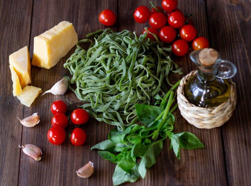 Ingredientes para las pastas italianas Parmesano, tomates y aceite de oliva usados imágenes de archivo libres de regalías