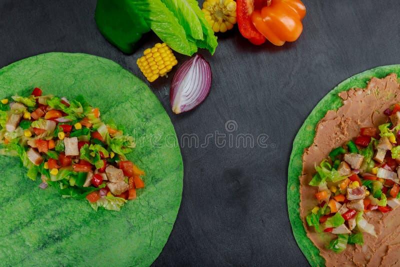 Ingredientes para las verduras frescas mexicanas de los alimentos de preparación rápida del burito en el pan Pita, cierre para ar imágenes de archivo libres de regalías