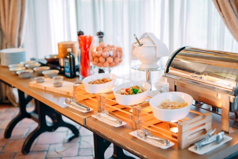 Ingredientes para los huevos revueltos en un hotel o un restaurante Muestre la cocina fotografía de archivo
