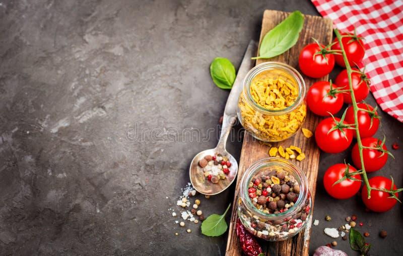Ingredientes para los tomates el cocinar, de la especia y de cereza fotos de archivo libres de regalías