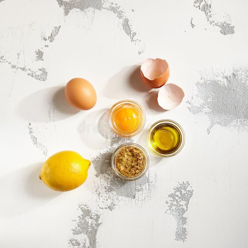 Ingredientes para a maionese caseiro do molho fotografia de stock
