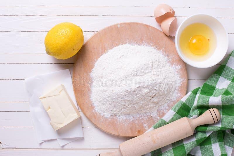 Ingredientes para a massa - farinha, ovo, manteiga, limão imagem de stock