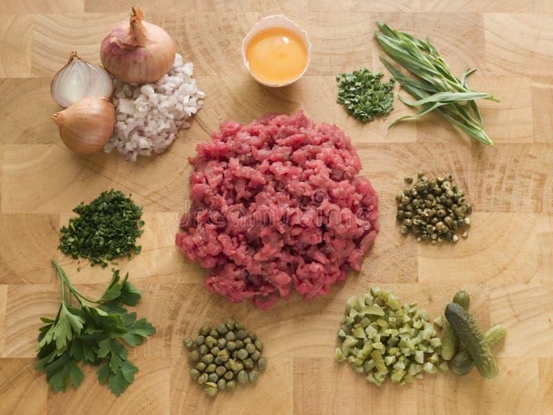 Ingredientes para o bife Tartare fotos de stock royalty free