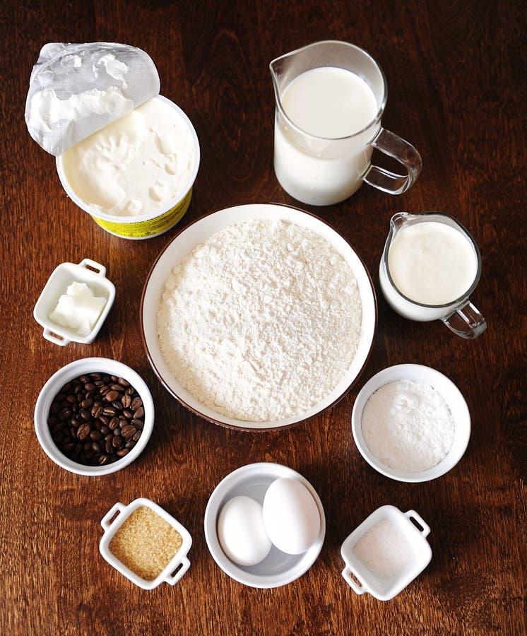 Ingredientes para o bolo do creme de café no fundo de madeira escuro Veiw superior foto de stock royalty free