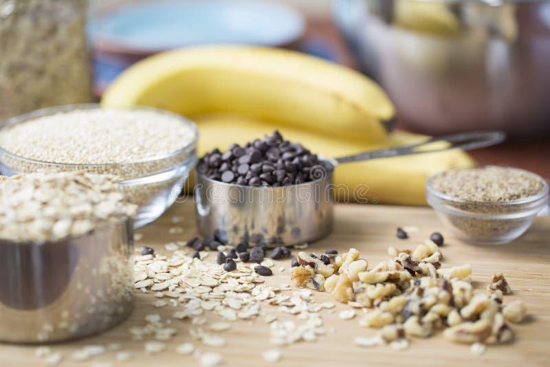 Ingredientes para o chocolate Chip Treats da banana fotografia de stock