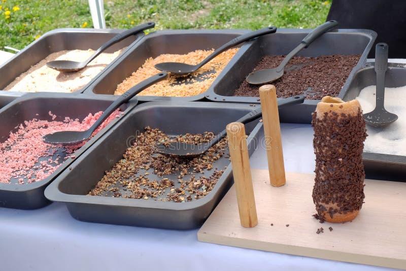 Ingredientes para o cozimento da guloseima húngara tradicional popular Kurtos Kalacs fotos de stock
