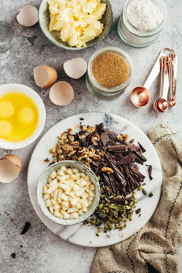 Ingredientes para o cozimento home com chocolate fotografia de stock
