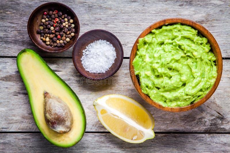 Ingredientes para o guacamole caseiro: abacate, limão, sal e pimenta imagem de stock royalty free