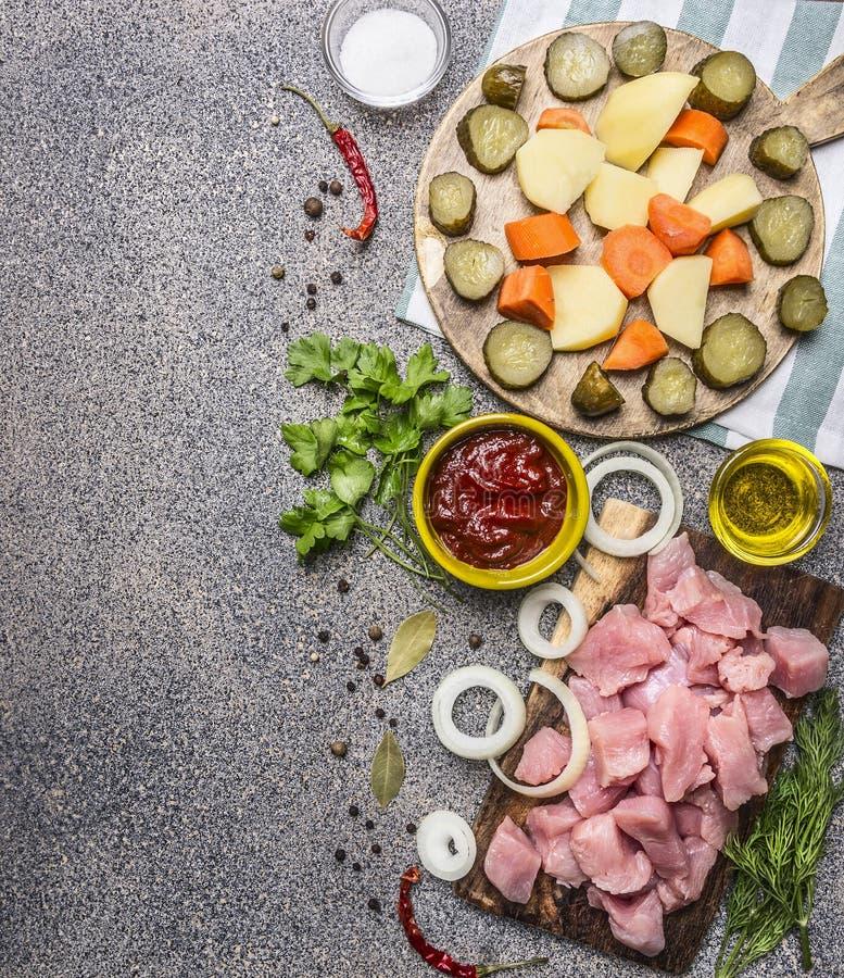 Ingredientes para o guisado com peru e beira dos vegetais, lugar para o fim rústico de madeira da opinião superior do fundo do te fotos de stock