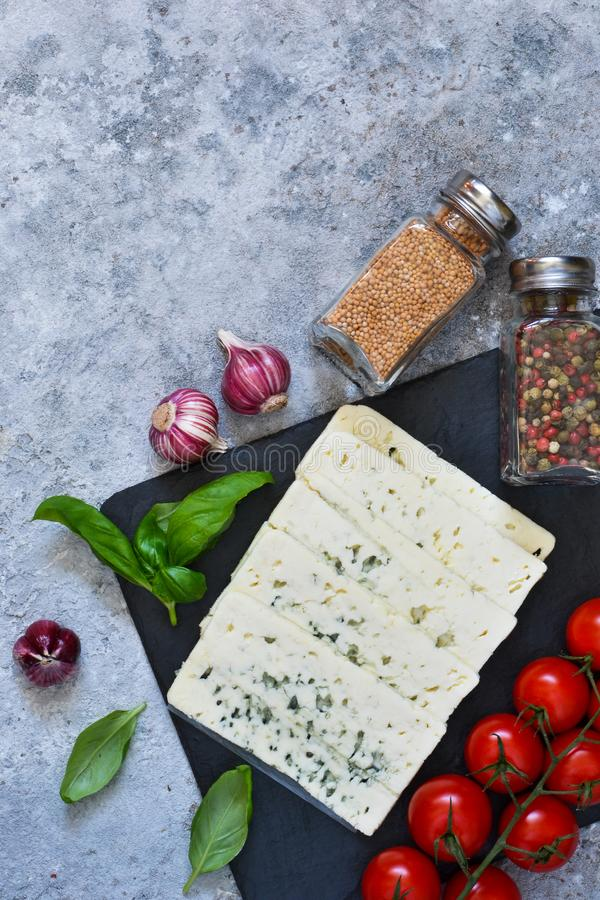 Ingredientes para o molho Fundo italiano do alimento: queijo, tomates, manjeric?o, especiarias fotografia de stock royalty free