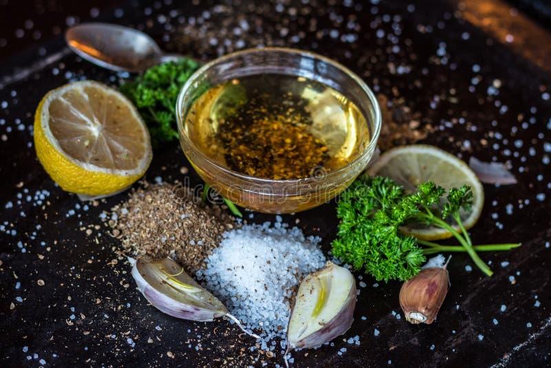 Ingredientes para o molho Seleção de ervas e de verdes das especiarias ing foto de stock
