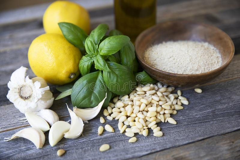 Ingredientes para o Pesto do vegetariano fotos de stock royalty free