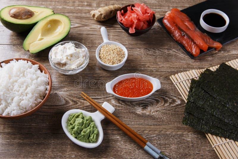 Ingredientes para o sushi em uma tabela de madeira imagem de stock royalty free